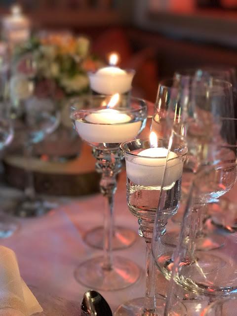 Schwimmkerzen London meets Garmisch-Partenkirchen, Sommerhochzeit im Vintage-Look in Bayern mit internationalen Hochzeitsgästen, Riessersee Hotel, Hochzeitsplanerin Uschi Glas