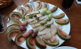 Plato de ventresca de atún con tomate partido y aceitunas