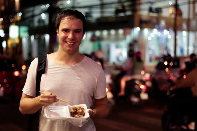 Comiendo comida japonesa en un puesto callejero de Ho Chi Minh