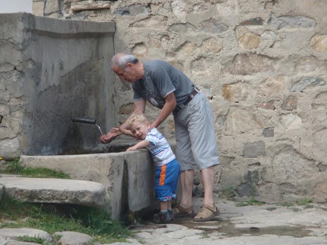 Koprivshtitsa'da çeşmede el yıkarken