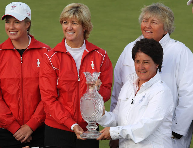 Solheim Cup teams holding the trophy