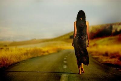 Resultado de imagem para mulher andando  na estrada