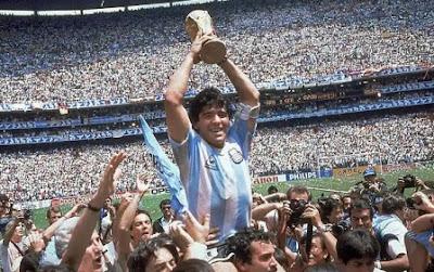 Maradona membawa trofi Piala Dunia tahun 1986