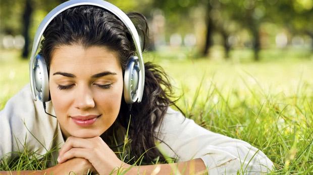 Müzik dinleyen kız