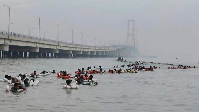 Pecahkan Rekor Muri Ribuan Prajurit Marinir Berenang Sebrangi Selat Madura