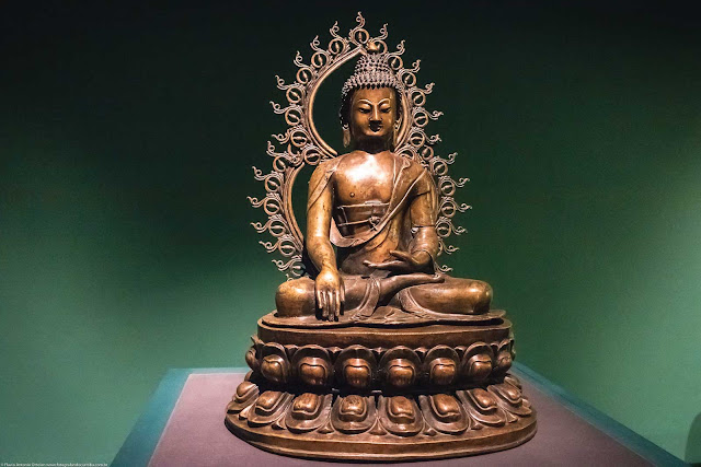 Buda na postura Bhumisparsha Mudra; Sino-tibetano, dinastia Ming (1368-1644) bronze