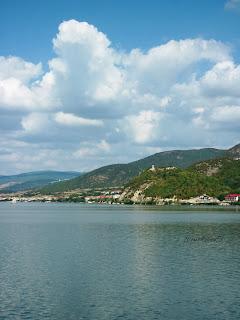 """""""Babacaia*- Este un pinten de stâncă în apropiere de localitatea cărăşeană Coronini (fostă Pescari), în ceea ce până la crearea lacului de acumulare pentru hidrocentrala Porţile de Fier I, se numea Strâmtura Pescari-Alibeg."""" Wikipedia"""
