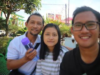 Bambang Sugeng dan keluarga di Alun-alun Kota Batu