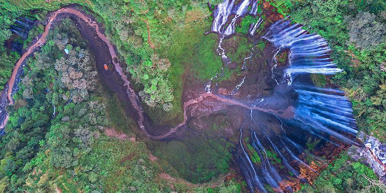 foto aerial air terjun tumpak sewu