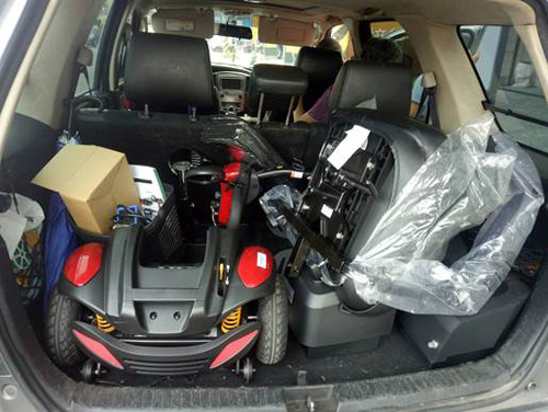 有些客戶會指定購買小型電動代步車,不只能進出小型電梯,拆解後還可以放置車輛後車箱,方便外出攜帶。當然,這類型車款拆解組裝都很容易!