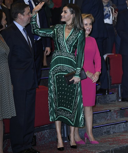 Queen Letizia wore Sandro long dress with scarf prints, and Prada toe Pump, and green earrings, and carried Nina Ricci Arc clutch.