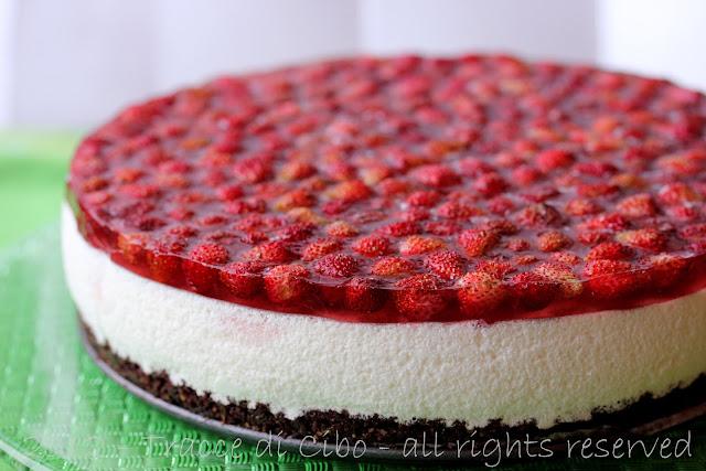 cheesecake fredda, fragoline di bosco, meringa italiana