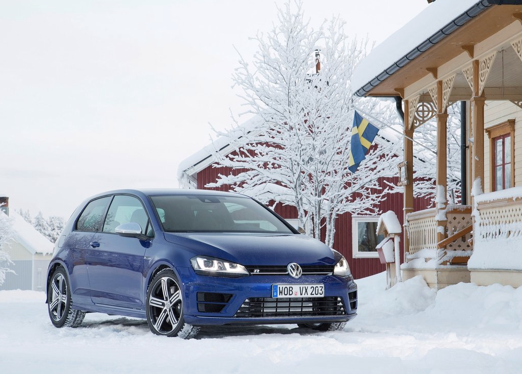 2015 Volkswagen Golf R blue Sweden