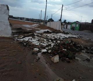 Chuva derruba árvores, muros e destrói telhados no interior da Paraíba