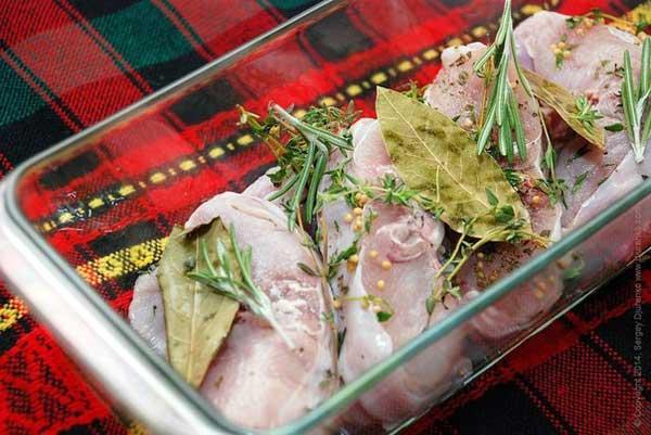 Затем фольгу снять и продолжать запекать кролика еще 15 минут.   Готового запеченного кролика выложить на тарелки,   полить небольшим количеством жидкости, оставшейся после запекания, и, по желанию, украсить веточкой зеленого тимьяна.  В качестве гарнира исключительно хорошо подходит картофельное пюре.