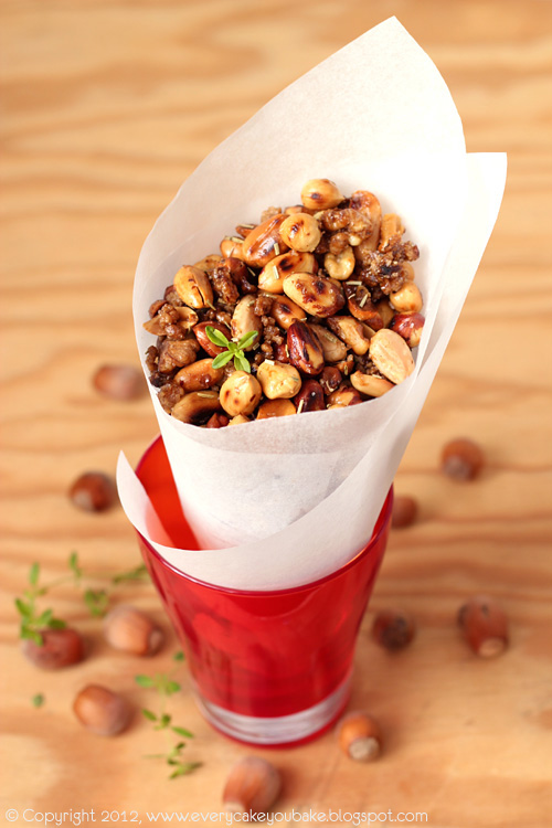 pikantne prażone orzeszki z pieprzem cayenne i rozmarynem