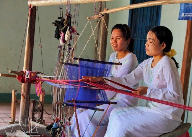 Thiếu Nữ Chăm Trong Trang Phục Truyền Thống Bên Khung Cửi Dệt Thổ Cẩm.