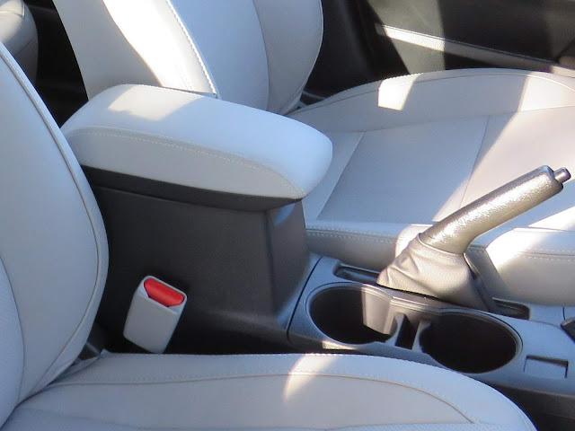 Toyota Corolla 2018 - descansa braço dianteiro sem ajustes