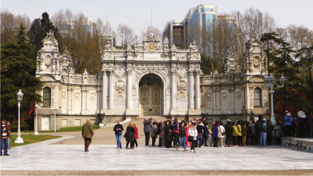 honeymoon ke Turki, pintu gerbang Dolmabahce Palace