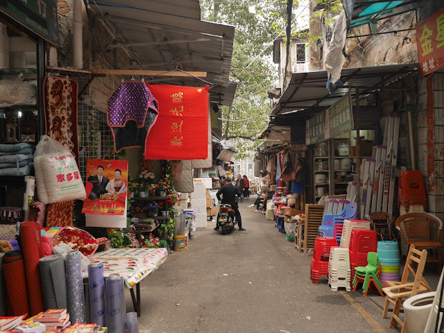 items for sale alongside Yanjiatang Lane (晏家塘巷) in Changsha