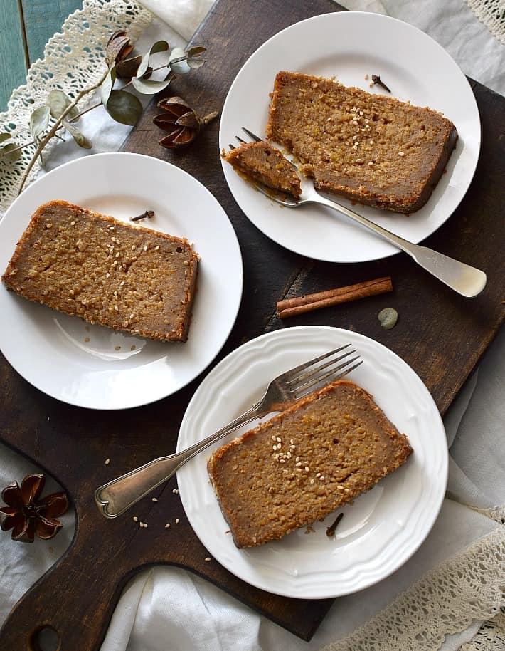 Torta bejarana en porciones servidos en platos y listos para ser degustados
