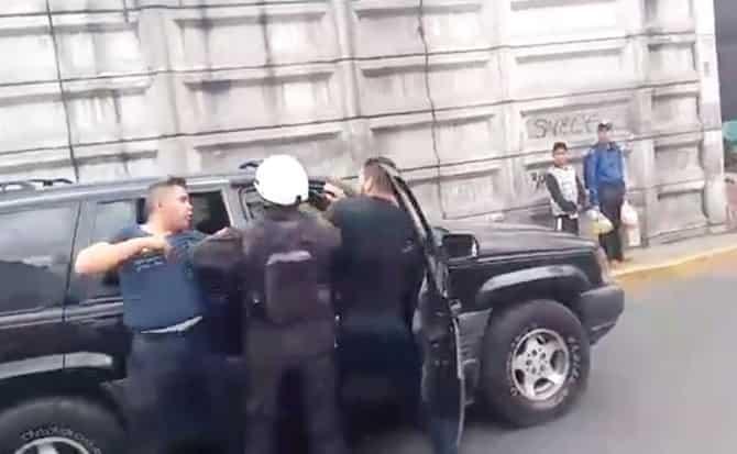 Agentes, policias, camioneta