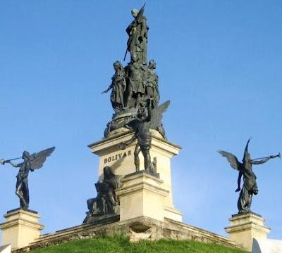 Foto al monumento de Simón Bolivar