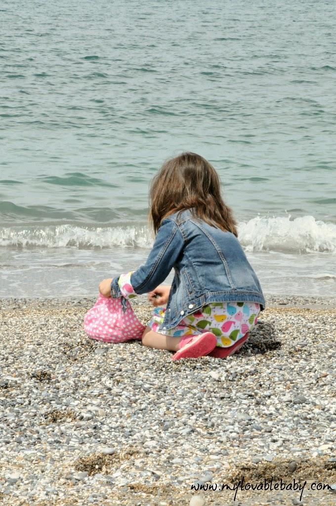 be0a280c89 ... τις αγκαλιές του μπαμπά αρκεί να μη λερωνόταν με άμμο και  βοτσαλάκια...και παρατηρούσε αφ  υψηλού φορώντας την καινούρια της κορδέλα.