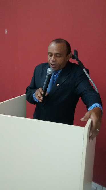 Paulo França discursa durante sessão na CMEV
