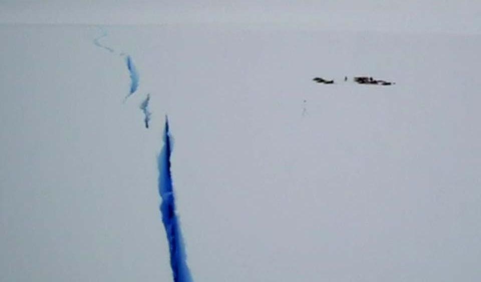 Por una grieta evacuan base antartica