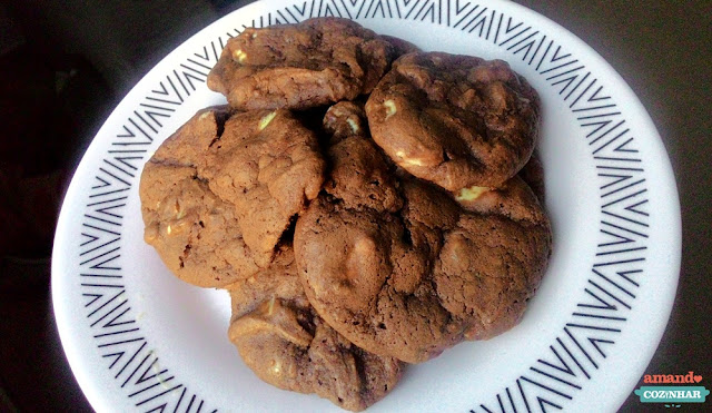 cookie de chocolate com gostas de chocolate branco