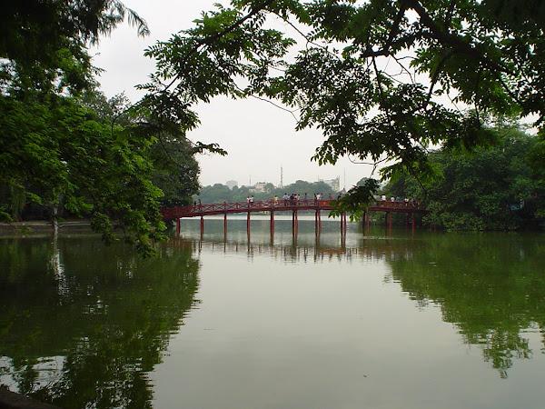 Puente Huc sobre el Lago de Hanoi, Vietnam