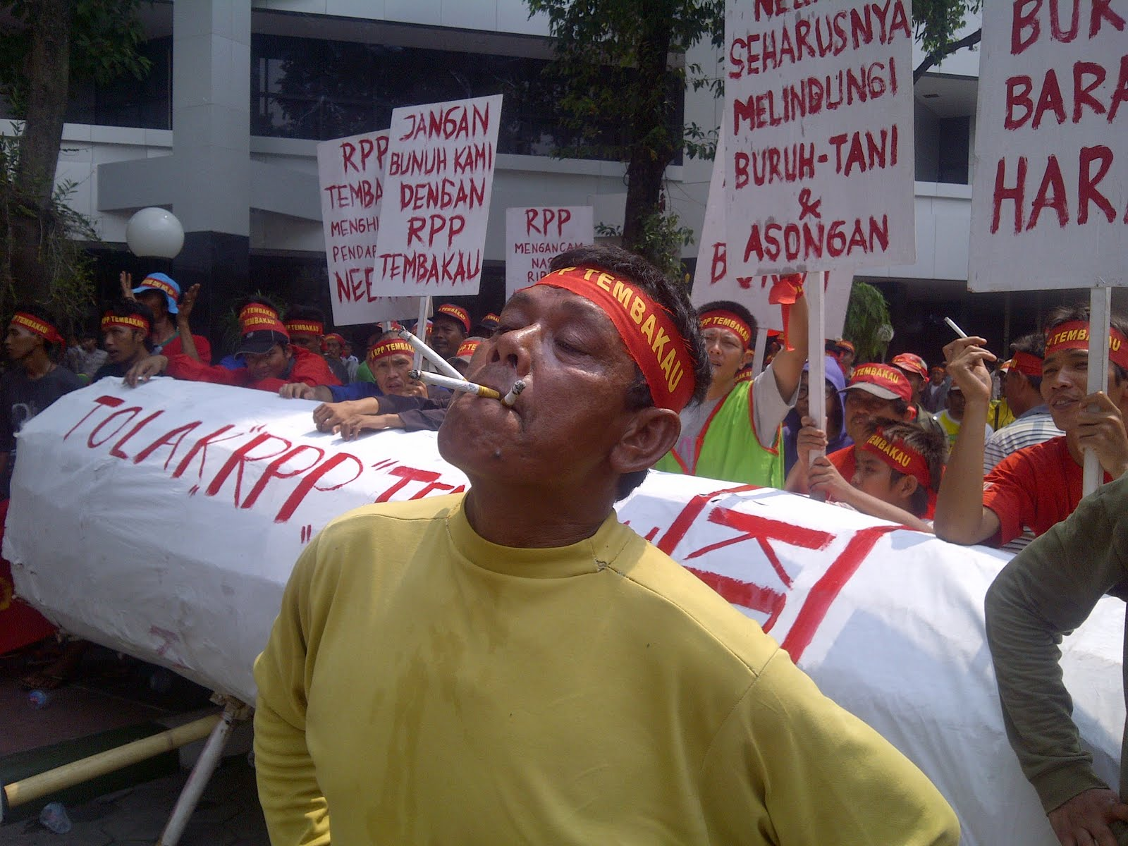 andreas harsono public health suffers as ignores calls n cigarette vendors at a recent rally in jakarta protesting government talks over a tobacco control law thousands of vendors were organized and