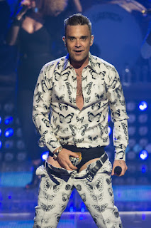 Robbie Williams flahes famous tiger pants
