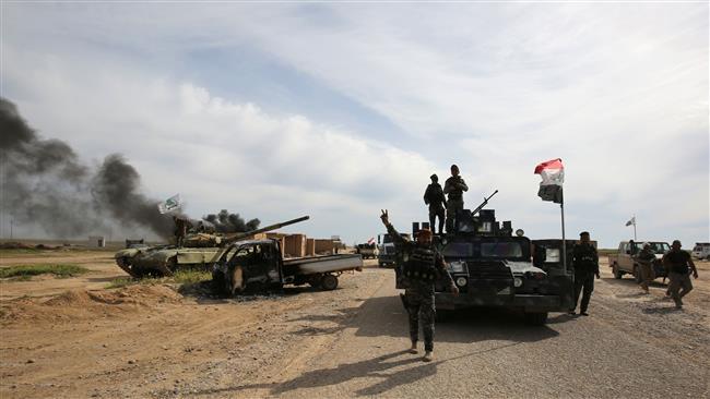 Homens armados e usando coletes suicidas atacaram duas delegacias de polícia na cidade de Samarra, no centro da cidade, matando pelo menos sete policiais, disseram fontes de segurança
