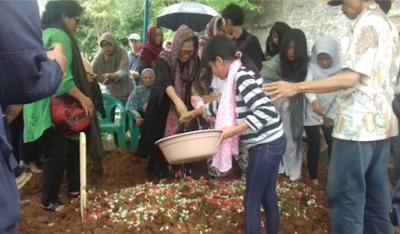 Di Lokasi Pemakaman, Istri Pahinggar Indrawan Menangis Histeris Hingga Lunglai Hampir Terjatuh