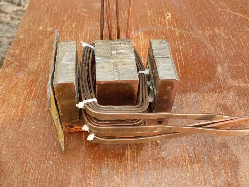 585d365160e Após isso as bobinas passaram por repetidos banhos de verniz próprio para  enrolamentos de motores e transformadores. Esse verniz tem por objetivo  proteger ...