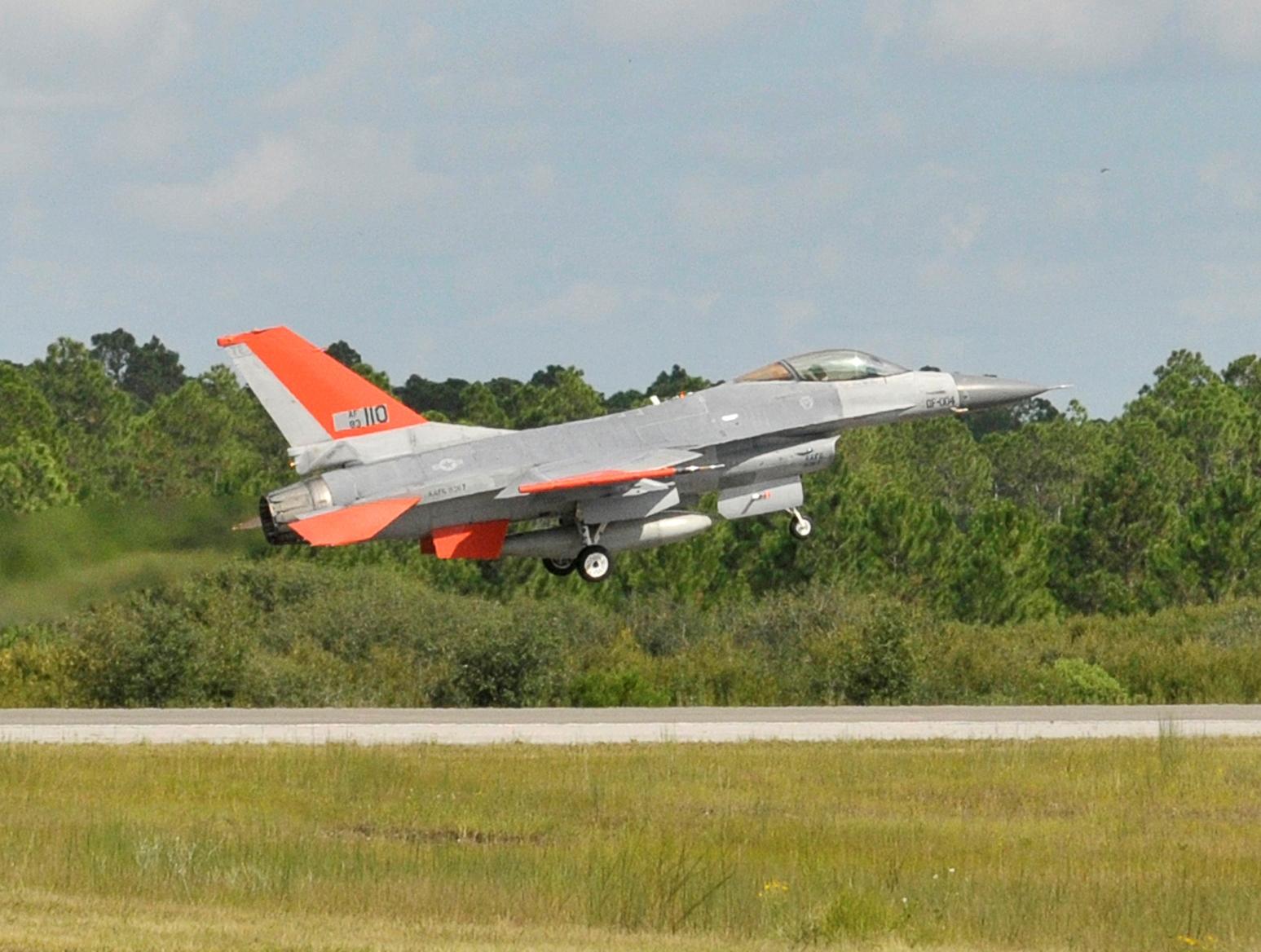 QF-16 - безпілотна версія літака F-16. Фото: USAFопис фото