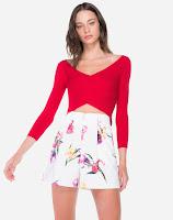 Blusa de modelagem justa, frente cruzada e mangas longas
