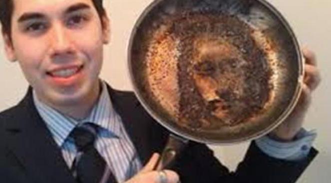 Wajah Yesus Muncul ketika Toby Elles tertidur saat menunggu babi panggang yang menyebabkan makanannya hangus.| via: infospesial.net