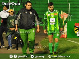 Danny Bejarano es acompañado por Javier Gómez médico de Oriente Petrolero luego de salir lesionado - DaleOoo