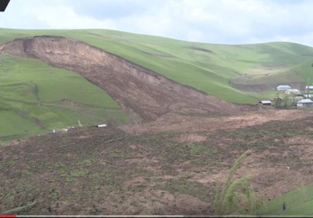 بالفيديو .. الأرض تنشق لتبتلع العشرات فى قرغيزستان