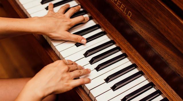 Tập kéo giãn các ngón tay trên Piano