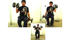 Ejecutando curl de biceps de rutina para adelgazar en casa y tonificar el cuerpo