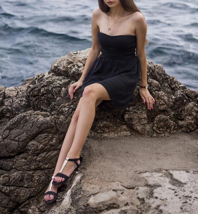 czarna sukienka odsłaniająca ramiona