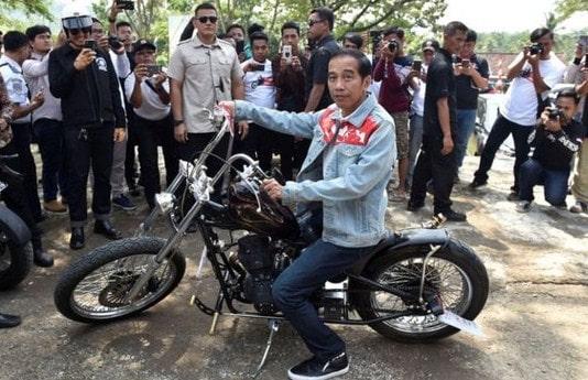 Naik Motor Hobi Presiden Jokowi