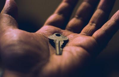 Mano sosteniendo una llave