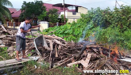 PEMBAKARAN : Serpihan dan patahan kayu dan papan yang sudah tidak terpakai itu kemudian dibakar. Foto Asep Haryono