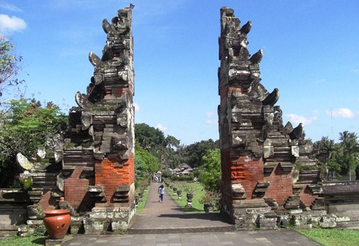 This beautiful temple offers the grandeur of Balinese traditional architecture manner that  BaliBeaches: Taman Ayun Royal Temple - Mengwi Bali