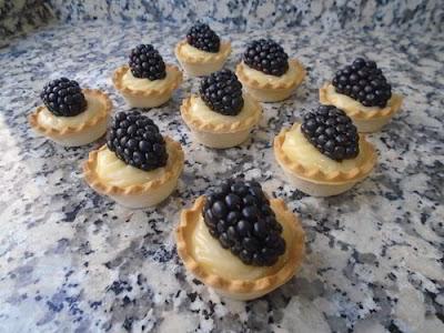 Mini tartaletas de pasta brisa rellenas de lemon curd y moras